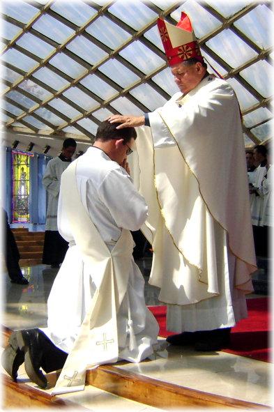 Mons. Antonio José López Castillo impone sus manos a Manuel Enrique Materán