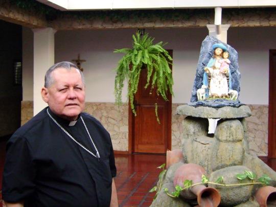 Monseñor López Castillo en su residencia.